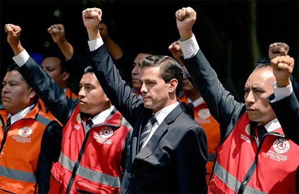 Con el puño en alto, EPN recuerda a víctimas de sismos del 19S