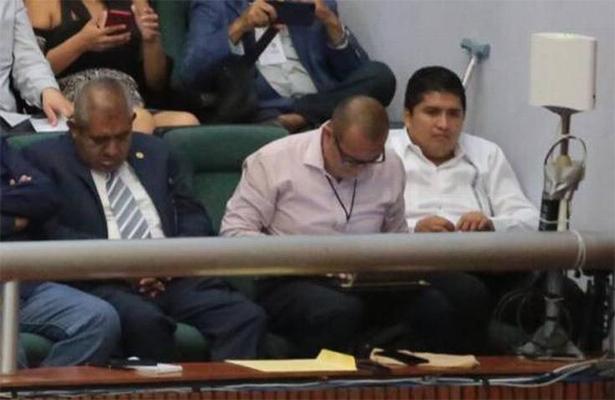 Diputado dormilón lo vuelve hacer, se echa un 'coyotito' durante informe de Astudillo