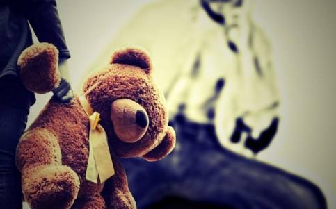 Niños de primaria encierran a su compañero en el baño y luego lo violan
