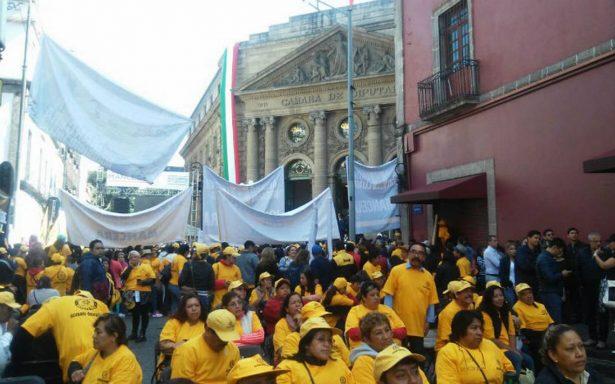 Simpatizantes del PRD llegan a la Asamblea por Quinto Informe de Mancera