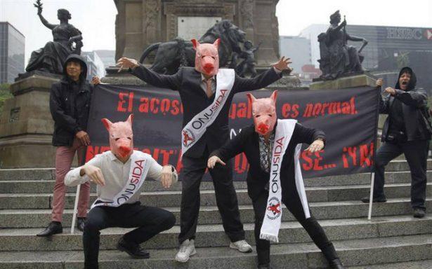 Con máscaras de cerdo, activistas denuncian acoso sexual en ONUSIDA