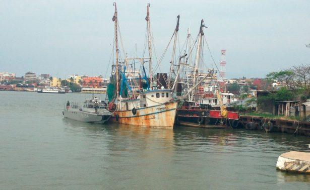 Barco camaronero se hundió en el río Coatzacoalcos