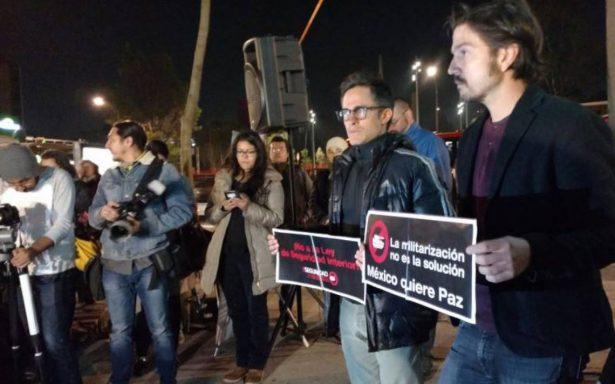 Diego Luna y Gael García piden afuera del Senado debatir Ley de Seguridad Interior