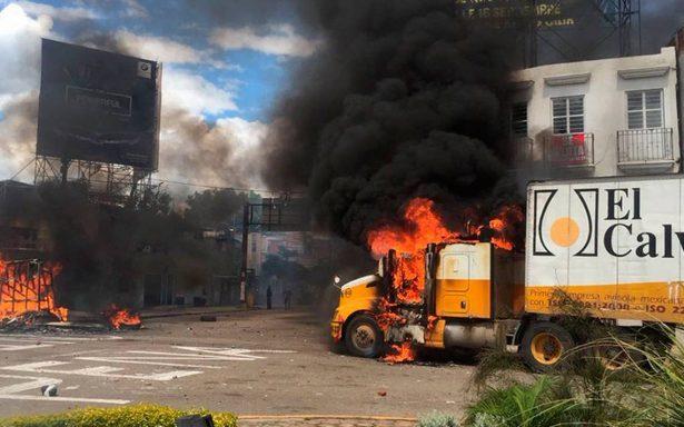 Refriega entre CNTE y policías deja 15 heridos y vehículos quemados