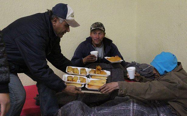 Indigentes buscan refugio contra el frío