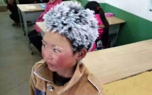 Camina más de una hora para su escuela y se congela hasta el cabello
