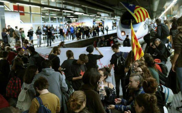 Independentistas paralizan Cataluña, cierran carreteras y vías ferroviarias