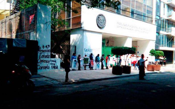 Familiares de los 43 de Ayotzinapa vandalizan edificio de la PGR