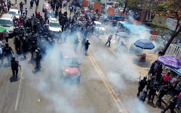 Desalojan a maestros con gas lacrimógeno