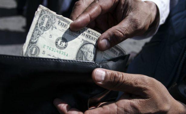 Dólar se oferta hasta en 18.47 pesos en bancos de la capital metropolitana