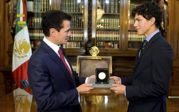 Peña Nieto entrega Medalla Bellas Artes al bailarín Isaac Hernández