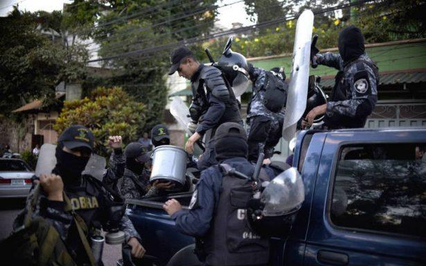 Policías en Honduras se niegan a reprimir manifestantes durante toque de queda