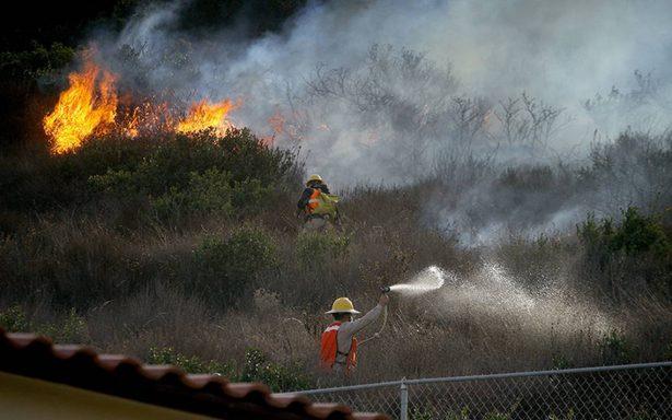 Combaten incendios  en Baja California
