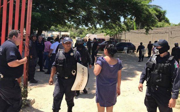Pelean pobladores con policías por basurero