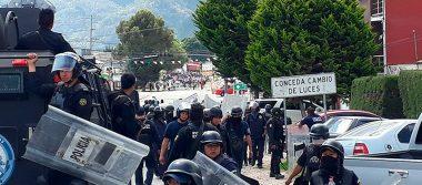 Maestros se enfrentan contra granaderos tras impedir bloqueo en Chiapas