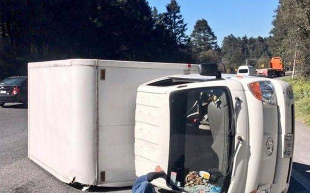 Servicios de emergencia atienden volcadura en carretera México-Toluca