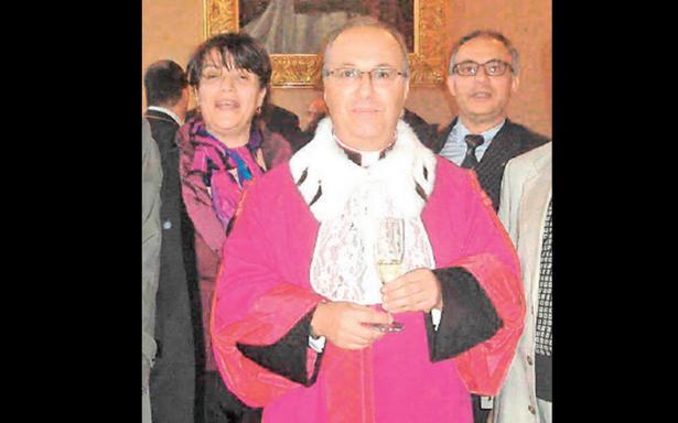 Monseñor del Vaticano declarado culpable de violencia sexual; pide negociar condena