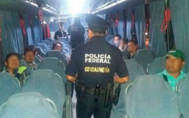 Rescatan a 35 migrantes centroamericanos que viajaban en un autobús en Hidalgo