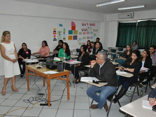 Imparten conferencia sobre liderazgo a universitarios