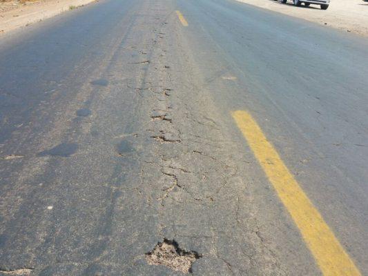 En las carreteras del valle, hay más baches que señalamientos de tránsito