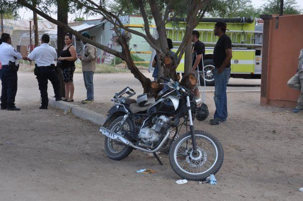 Motociclista sufre fracturas al impactarse contra camioneta