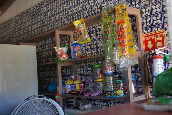 Tiendas escolares tienen en venta productos no permitidos por la SEC