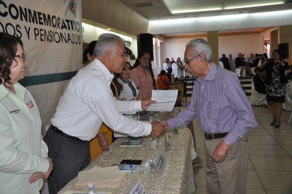 Reciben bono jubilados y pensionados
