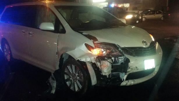 Dos lesionados al chocar autos en transitado crucero