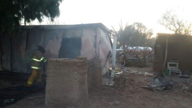 Daños totales al incendiarse vivienda en Mesa Rica 2