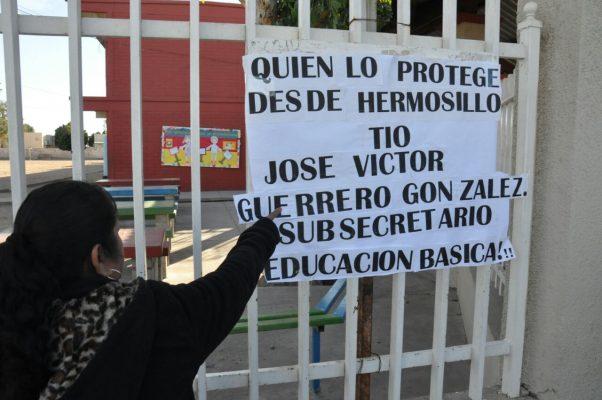 """Cierran la escuela """"Eva Sámano"""" para exigir suspensión de conserje [Galería]"""