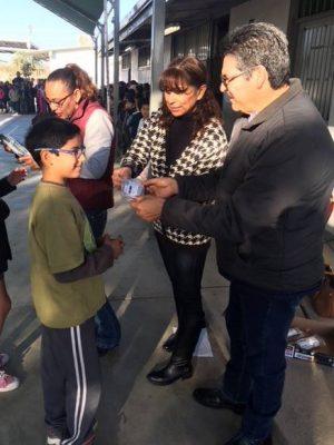 Reciben lentes 580 estudiantes de primaria