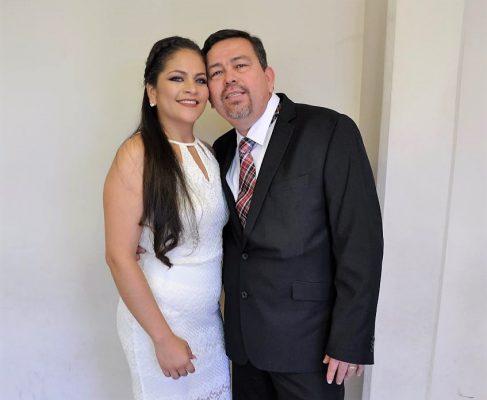 Celebra boda civil encantadora pareja