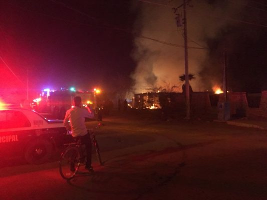 Voraz incendio acaba con casa de dos pisos