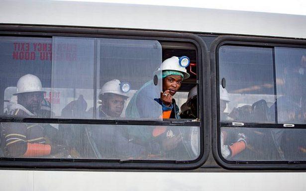 Rescatan sanos y salvos a mineros atrapados en Sudáfrica