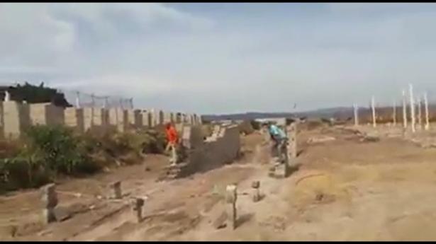 Con cubetas y tabiques, albañiles construyen su propio Exatlón