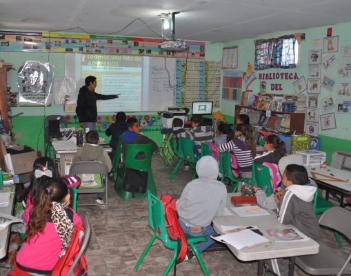 Niños aprenden con  el uso de la tecnología