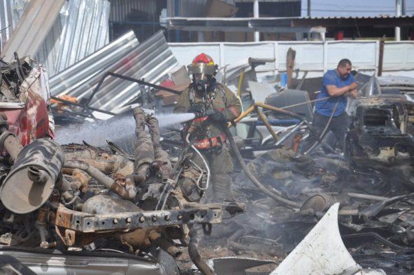 Atienden los bomberos incendios en la ciudad