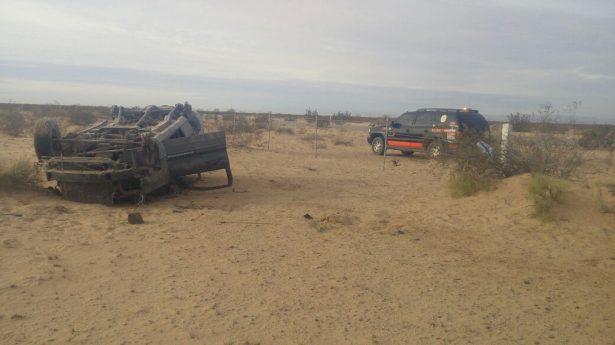 Hallan Jeep Cherokee volcada y desvalijada en la carretera de paga San Luis-El Golfo