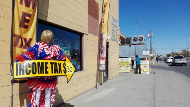 """Mantiene actividades negocio de """"taxes"""" que fue cateado por federales."""