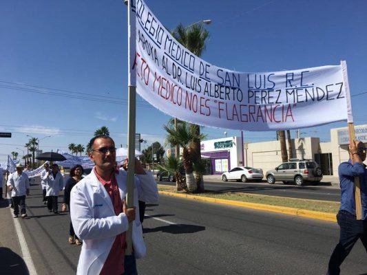 Marchan médicos para exigir libertad de colega