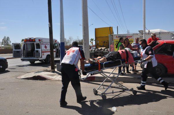 Embiste autobús a un automóvil compacto, hubo cuatro lesionados