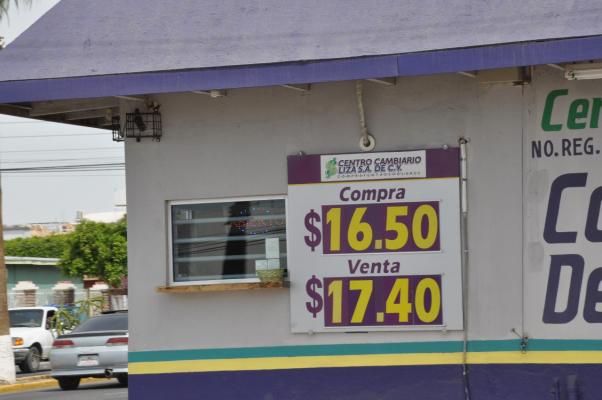 Ligera recuperación del peso en Centros Cambiarios