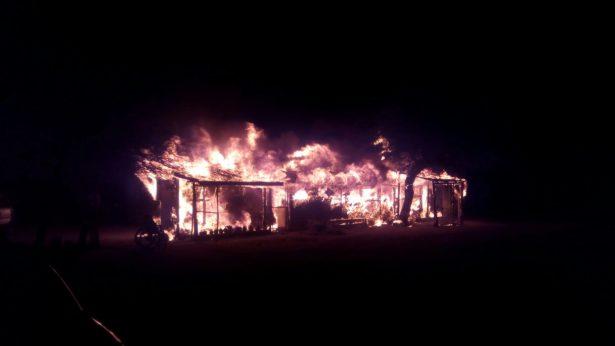 Destruye incendio pequeño abarrotes y dos cuartos de madera