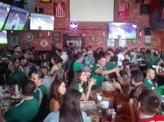 Celebran sanluisinos triunfo de México sobre Corea del Sur