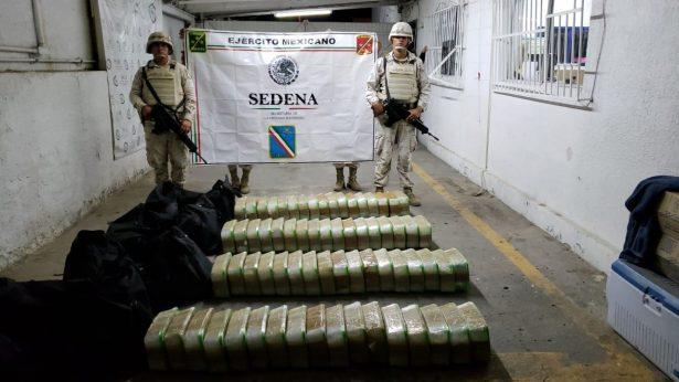 Asegura ejército maletas con droga