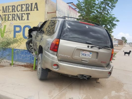 Dos autos chocan en cerco y barda