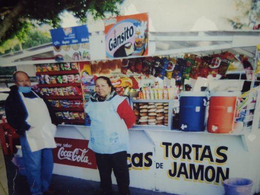 """Francisco de 18 años de edad, está al frente de las famosas tortas """"Del parque"""""""