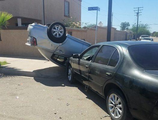 [VIDEOS] Vuelca auto que provocó choque