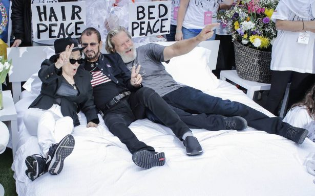 """Yoko Ono """"olvida"""" a John Lennon y recrea la cama de la paz con Ringo Starr"""