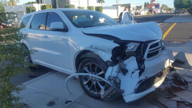 Se estrella en barda auto que provocó choque